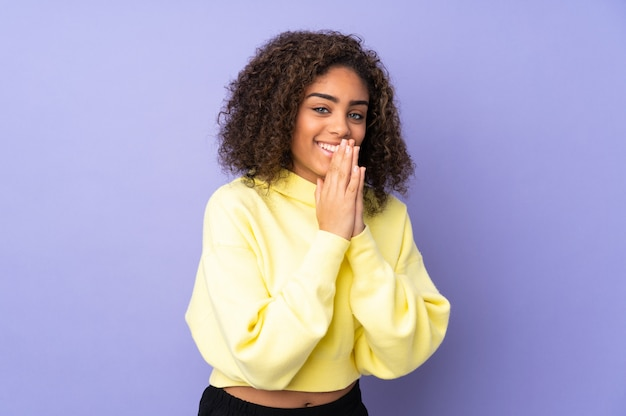 Молодая афро-американская женщина изолированная дальше держит ладонь совместно. человек просит что-то