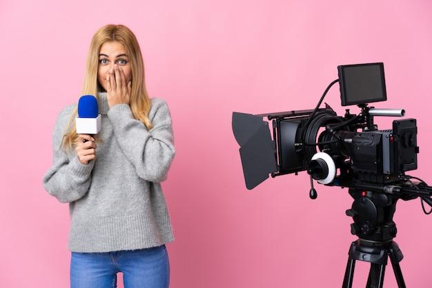 マイクを押しながら分離されたピンクのニュースを報告しているレポーターの女性