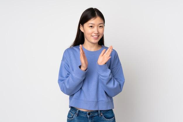 会議でのプレゼンテーション後の拍手に分離された若いアジア女性