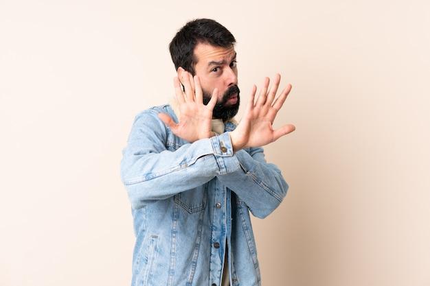 分離の壁を越えてひげを持つ白人男