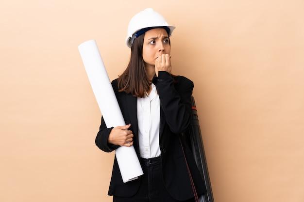 青写真を保持している若い建築家女性