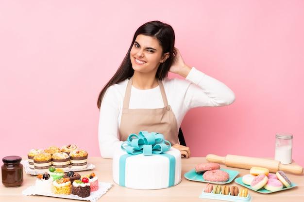 テーブルの大きなケーキのパティシエ