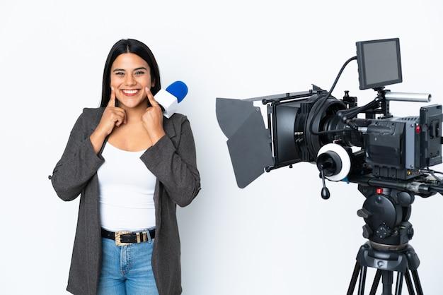 マイクを持っていると白のニュースを報告するコロンビアのレポーターの女性