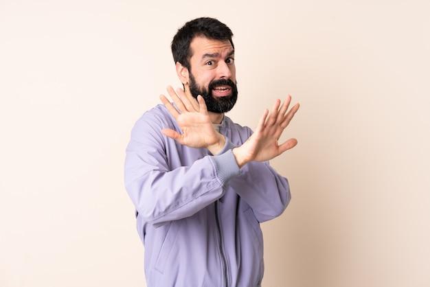 ひげのジャケットを着ている白人男性