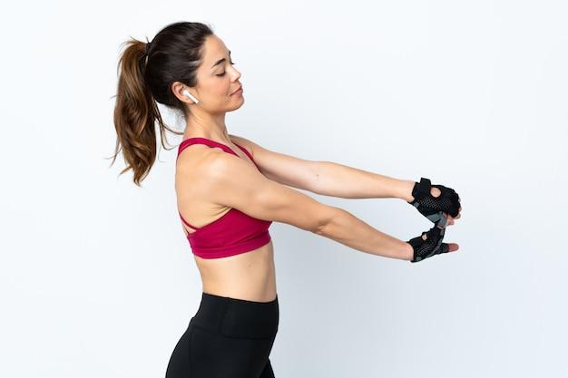 Женщина спорта изолированная над протягивать белизну