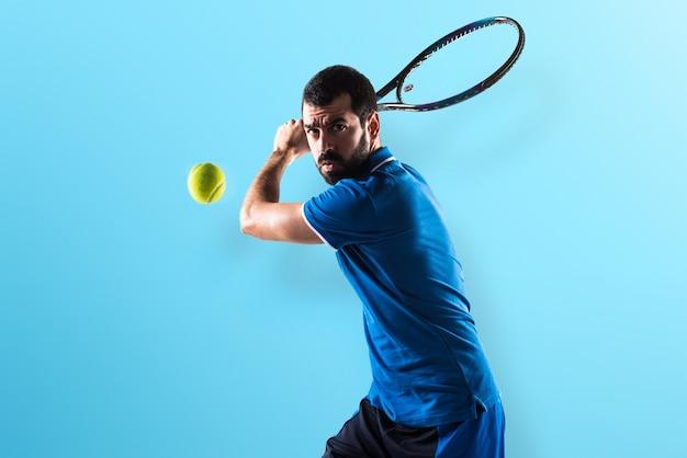 カラフルな背景のテニス選手