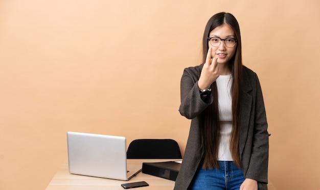 Китайская деловая женщина на рабочем месте