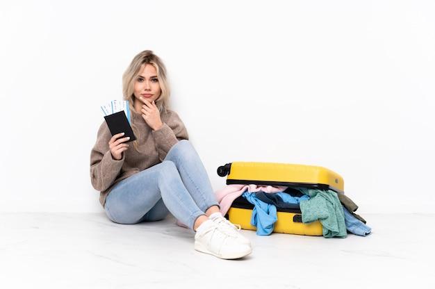 床に座って以上の若い白人旅行女性