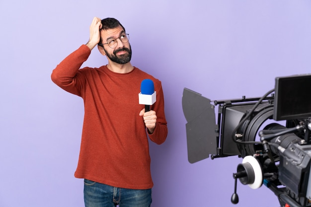 孤立した紫色の壁を越えて若い白人記者男