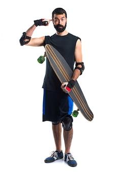スケーターは狂ったジェスチャーを作る