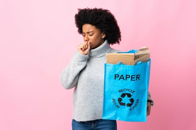 Молодая женщина, держащая рециркуляции мешок, изолированных на красочные кашлять много