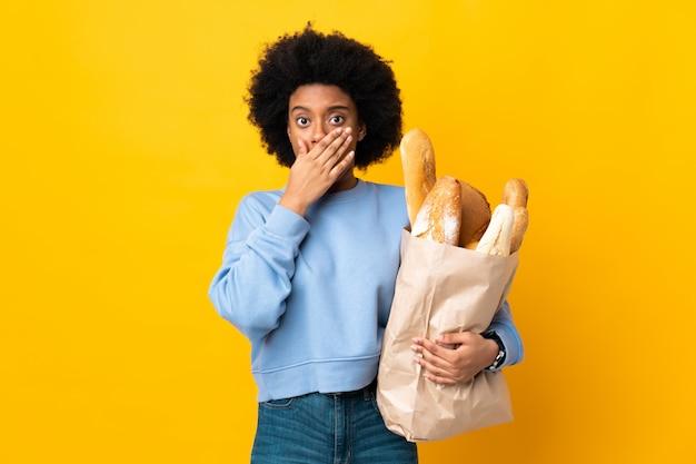 パンの袋を持つ若いアフリカ系アメリカ人女性