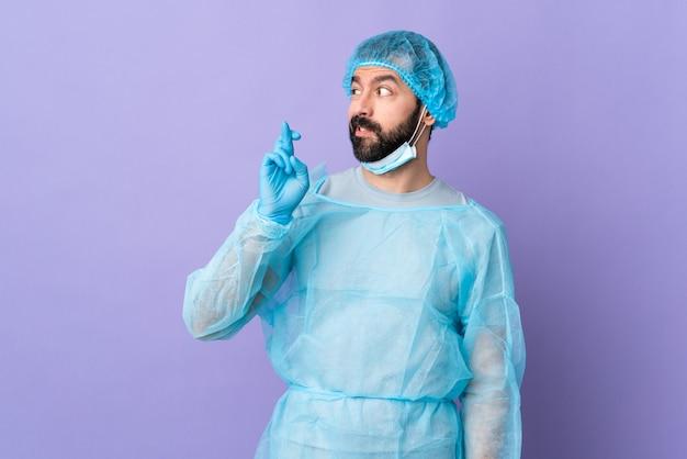 Хирург человек над изолированной стеной