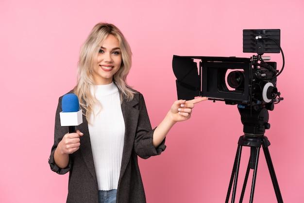 Молодая журналистка над изолированной стеной