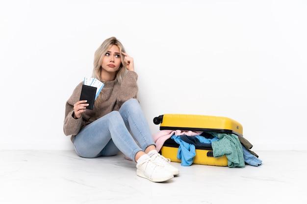 孤立した壁を越えて旅行する若い女性