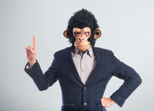 Человек-обезьяна указывает вверх