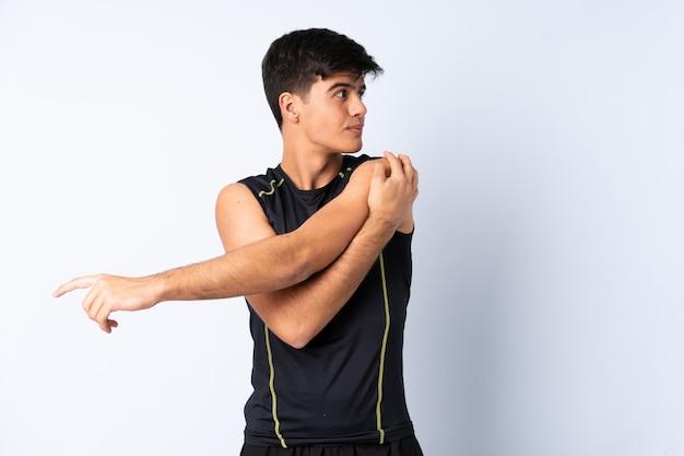Спортивный человек на синем фоне протягивая руку