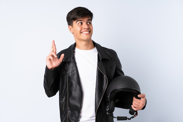 Человек с мотоциклетным шлемом на синем фоне