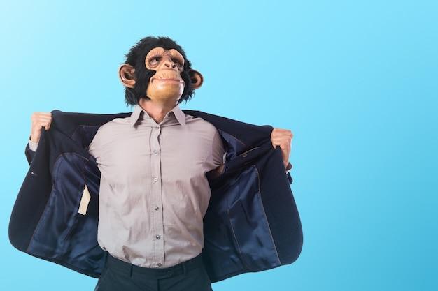 Сильный человек обезьяны на цветном фоне