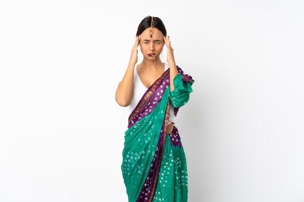 Молодая индийская женщина, изолированные на белой стене с головной болью