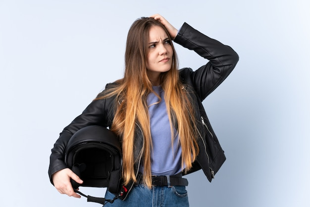 疑問を持つオートバイのヘルメットと混乱した表情の女性