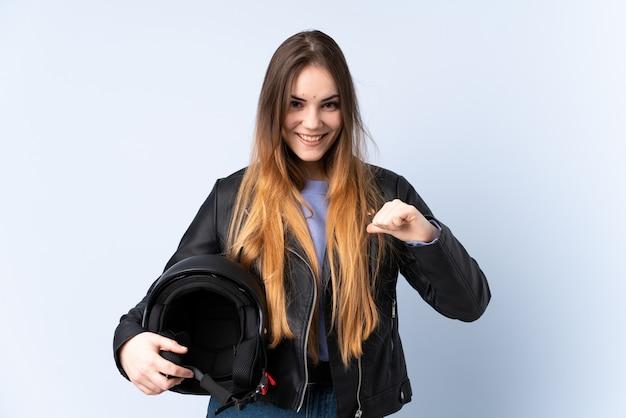 バイクのヘルメットを誇りに思って満足している女性