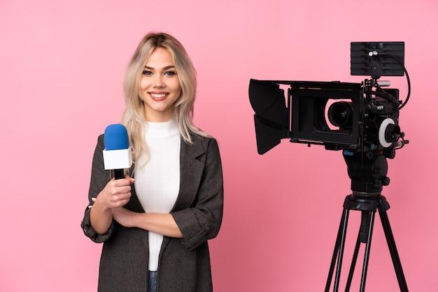 Женщина журналиста над изолированной стеной