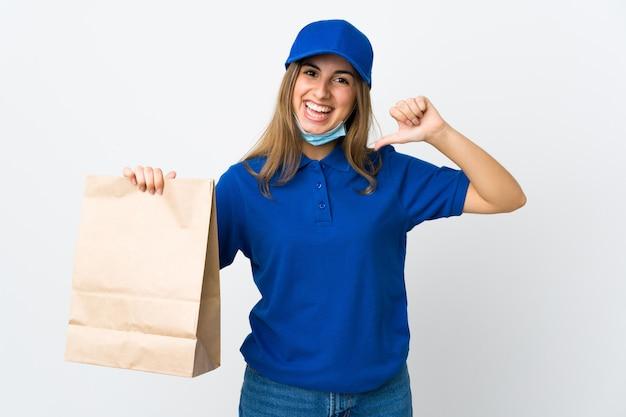 誇りと自己満足の白い壁を越えて食品配達の女性
