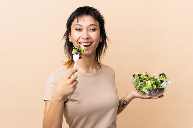Молодая уругвайская женщина с салатом через стену