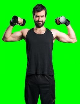Спортмен делает тяжелую атлетику