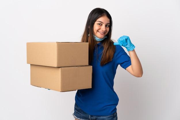 自慢の白で隔離されるマスクで分離されたマスクでコロナウイルスから保護する若い配達女性