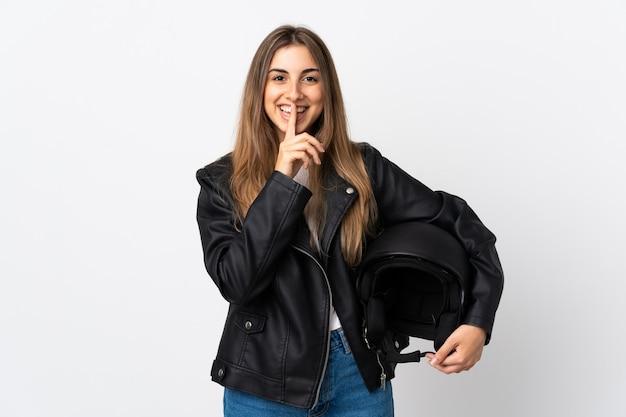 Молодая женщина, держащая мотоциклетный шлем на изолированных белый делает жест молчания
