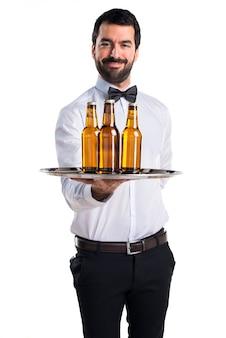 トレイにビール瓶を入れたウェイター