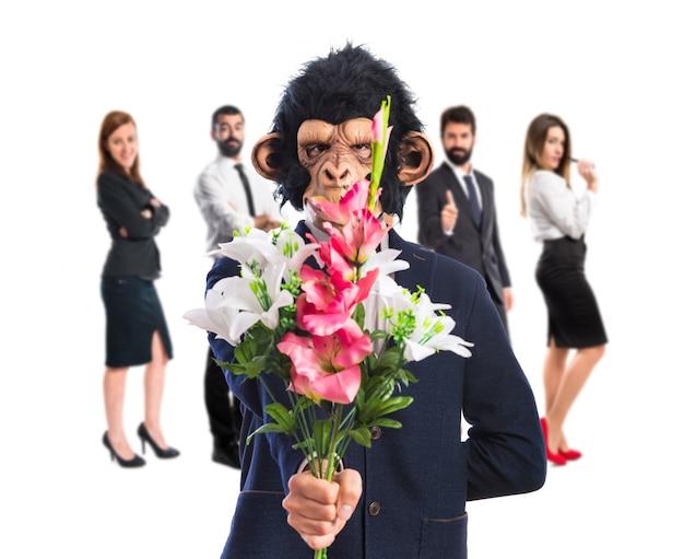 花束を握っている猿の男
