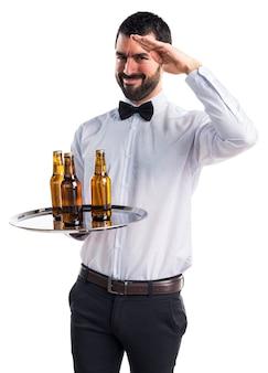 トレイにビール瓶のウェイター挨拶