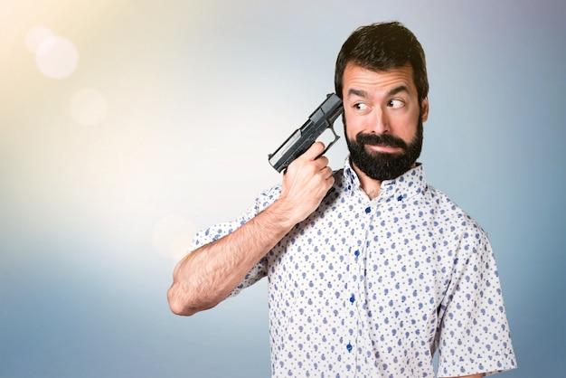 自殺のひげを持つハンサムなブルネット男