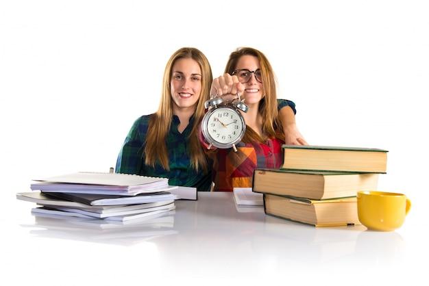 一緒に勉強中のヴィンテージ時計を持っている友達