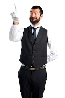 透明な画面に触れる豪華なウェイター