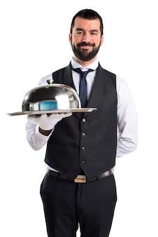 Роскошный официант, держащий поднос