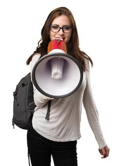 Студенческая женщина, кричащая по мегафону