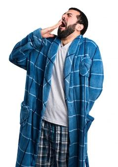 Человек в халате зевая