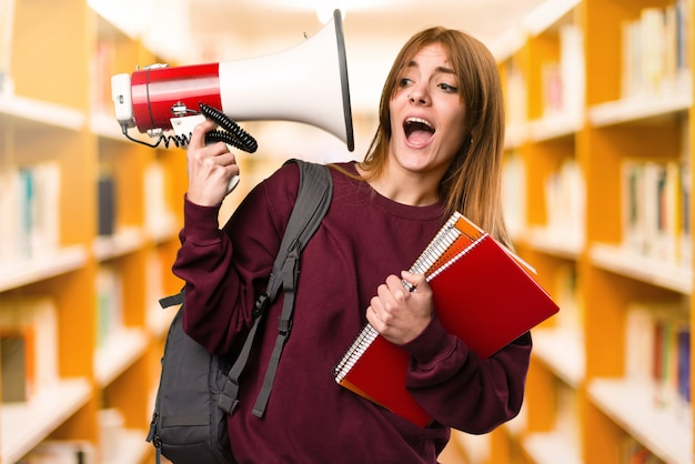 Студентка женщина с мегафоном на фоне фокуса. обратно в школу