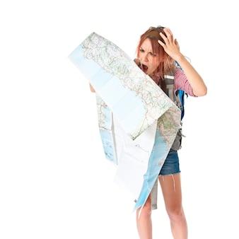 白い背景の上に地図を示すバックパッカー