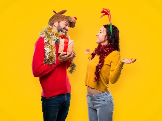 恋人、クリスマス、休日、プレゼント、保有物、黄色、背景