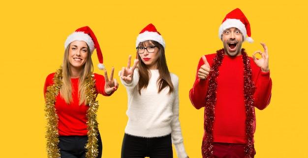 人々のグループブロンドの女性はクリスマス休暇のために服を着た