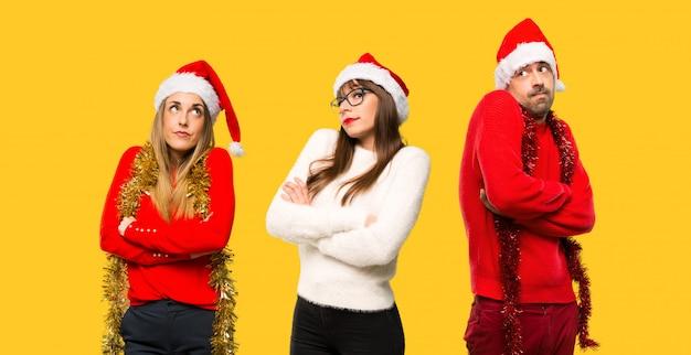 一団の人々クリスマス休暇のために身長を上げたブロンドの女性は、重要でないジェスチャー