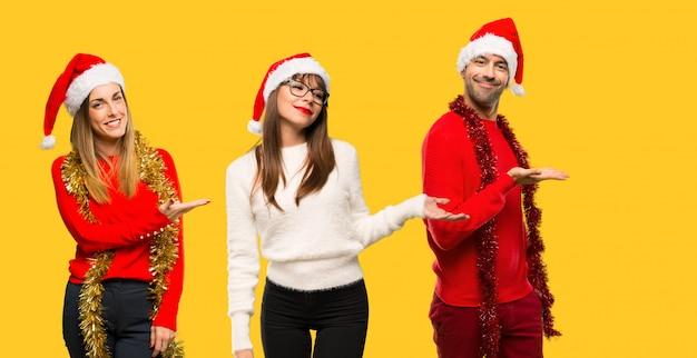人々のグループブロンドの女性はアイデアを提示クリスマス休暇のために服を着た