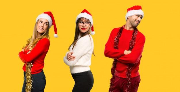 人々のグループ肩を見下ろすクリスマス休暇のために服を着せられたブロンドの女性