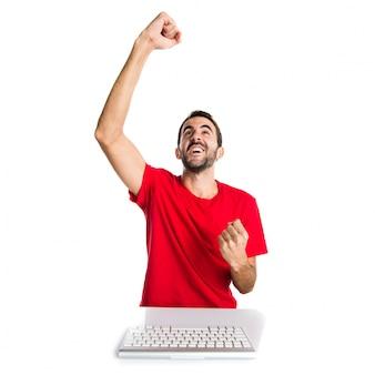 彼のキーボードで作業している幸運なコンピュータ技術者