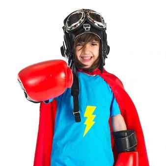 スーパーヒーローのような服を着た女の子